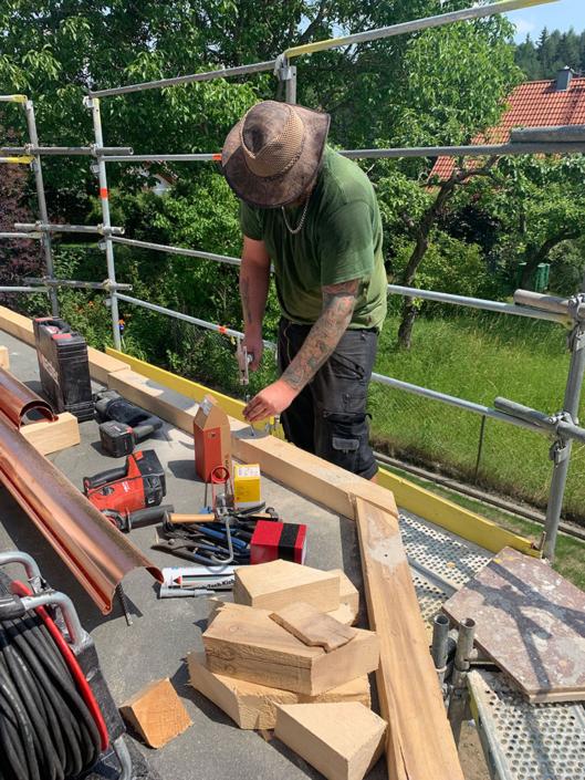 Anbringen einer Dachrinne am Flachdach