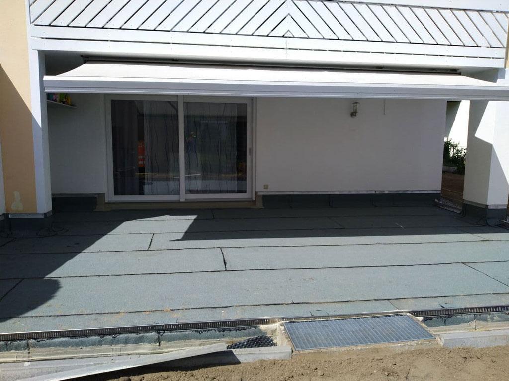Terrasse mit Grünschieferoberlage und Wurzelschutz